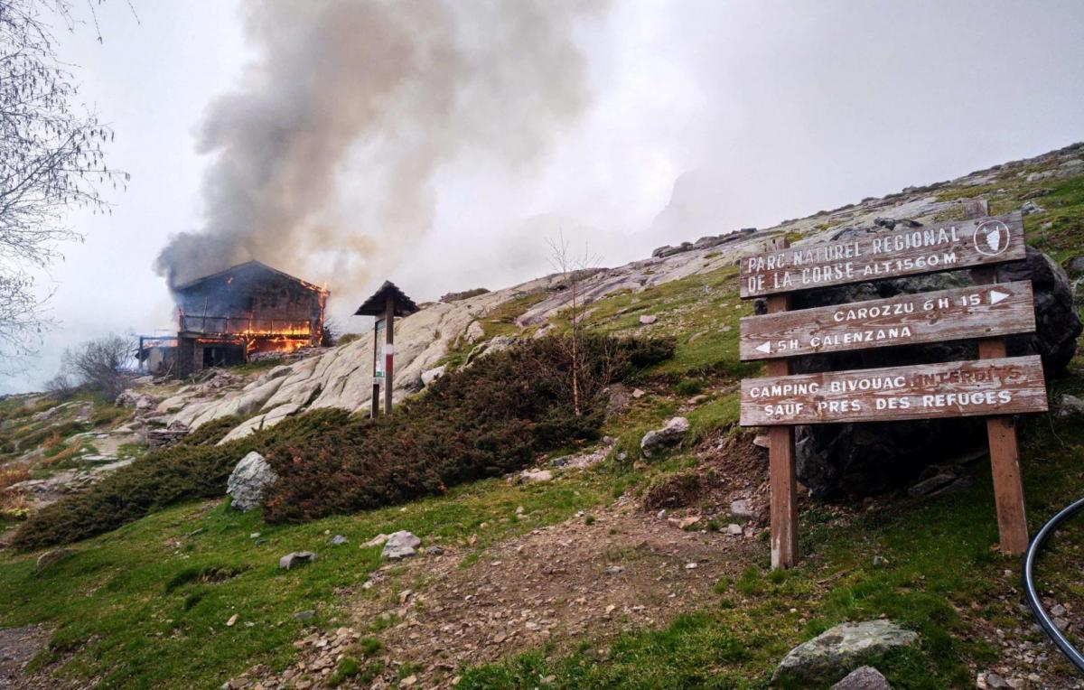 Refuge Orto di Piobbo on fire